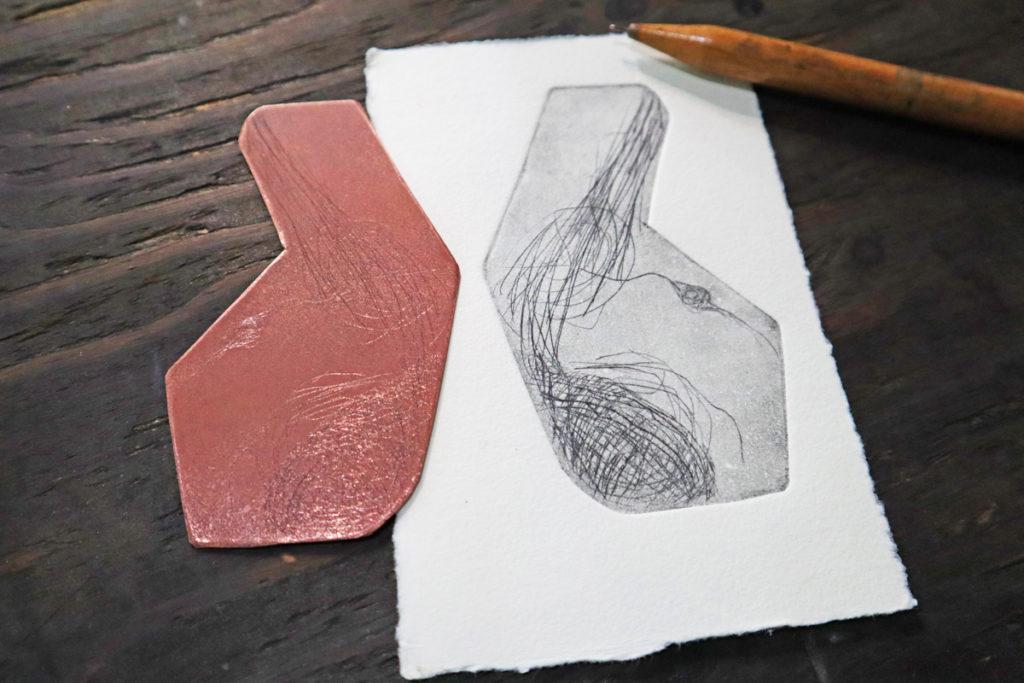 銅版を切って作るよ!形も自由自在に作れる小さい銅版画