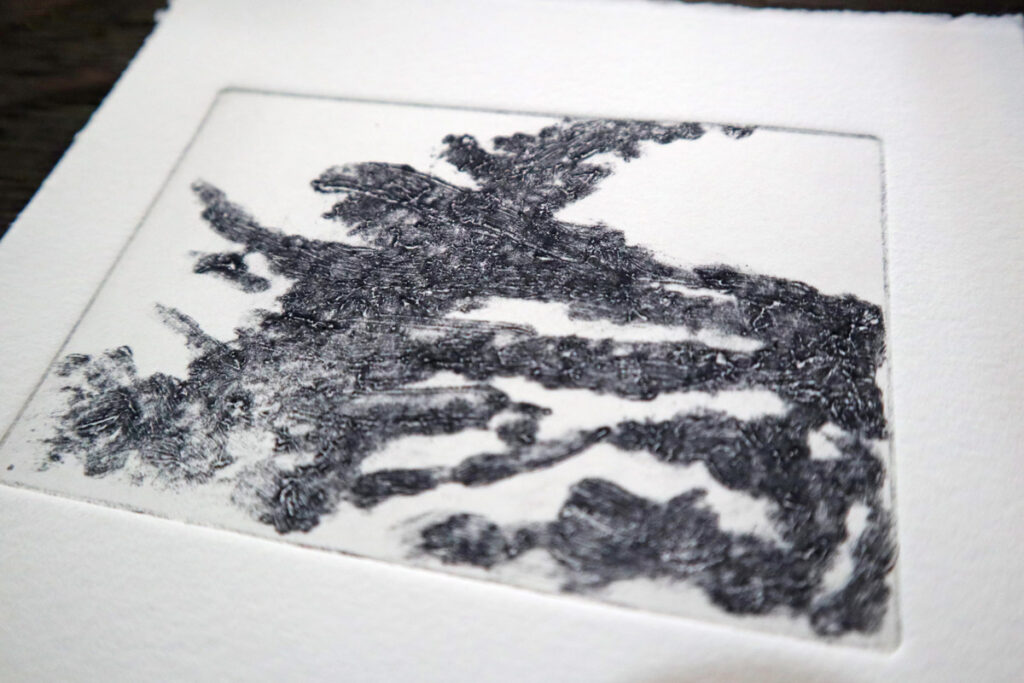 【銅版画の作り方 技法 その⑫】凹版なのに凸版みたい!?カーボランダム(carborundum) で作ってみよう